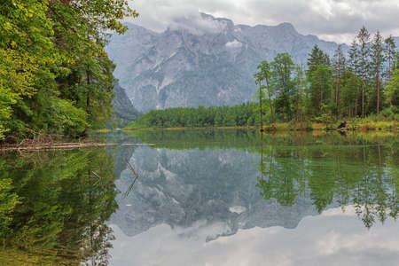 Walking along the shores of the Almsee with the mountains of the Totesgebrige in the background Archivio Fotografico