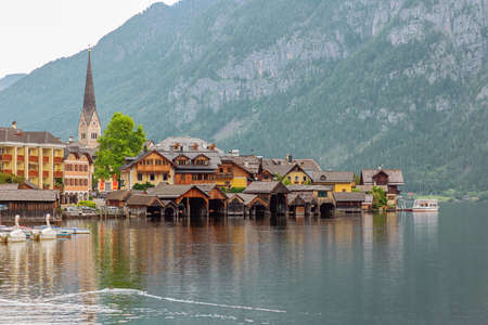 Hallstatt with boat houses, seen from the entrance of the village Archivio Fotografico