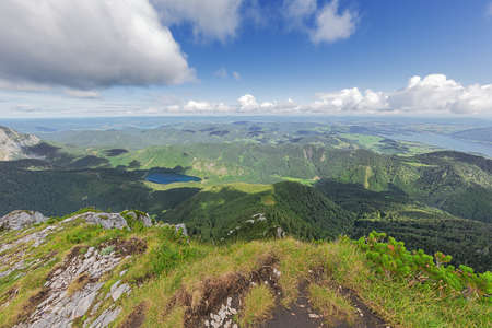 The pre Alps with the Traunsee, the Vorderer Langbathsee and the Attersee, seen from the the summit of the Alberfeldkogel Archivio Fotografico