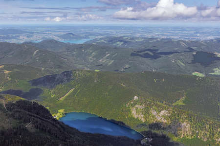 The Vorderer Langbathsee and the Attersee in a distance, seen from the the summit of the Alberfeldkogel Banque d'images