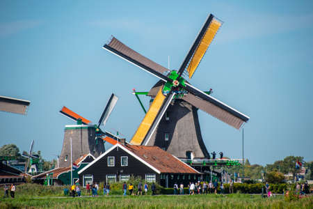 Zaanse Schans, Netherlands - 1 October 2019: Tourists sightseeng traditional Dutch rural houses in Zaanse Schans, is a typical small village within Amsterdam area. Stockfoto
