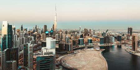 風光明媚な空中スカイライン: 夕暮れ時のモダンな高層ビルとドバイのビジネスベイ。アラブ首長国連邦の有名な旅行先。