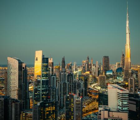 モダンな建築で照らされた夜の大都会の幻想的な眺め。アラブ首長国連邦、ドバイ ダウンタウン。 写真素材