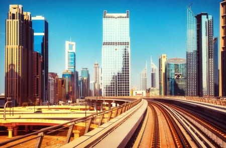 ドバイ アラブ首長国連邦、メトロ車から見た近代建築。ドバイの高層ビルの景色。背景を旅行します。 写真素材