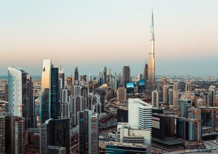 ドバイのビジネスベイの幻想的な roofftop ビュー タワー日没時。モダンな建築と旅行の背景。