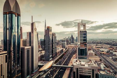 高速道路や高層ビルとドバイの有名な建築を眺め.素晴らしいスカイライン。 写真素材