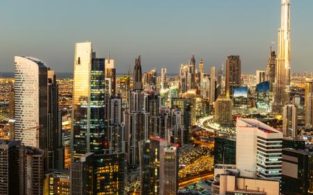 ドバイ、アラブ首長国連邦夕暮れダウンタウン アーキテクチャの風光明媚なビュー。Scyscrapers と空中都市の景観。
