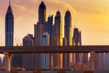 ドバイ マリーナ スカイライン夕日。夕暮れ時のモダンな高層ビル。