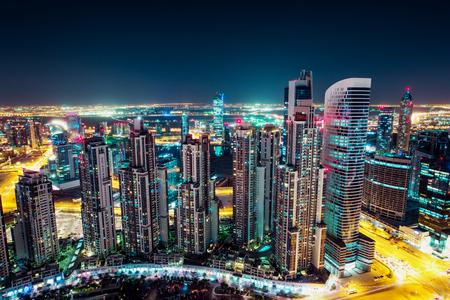 ライトアップされた高層ビル群の幻想的な夜間ドバイのスカイライン。ダウンタウン ドバイ, アラブ首長国連邦を一望。 写真素材