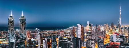 ダウンタウン ドバイ, アラブ首長国連邦、ライトアップされた高層ビルの風光明媚な眺め.芸術的なパノラマ スカイライン。