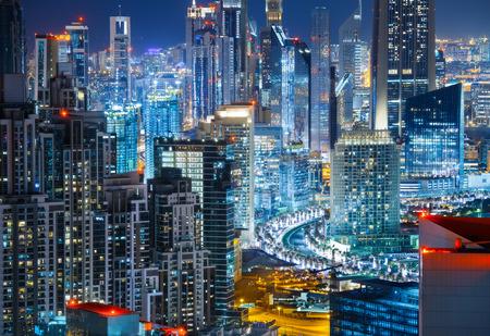 夜ライトアップされた高層ビルに大きな近代的な都市の素晴らしい屋上ビュー。ビジネス ・ ベイ, ドバイ, アラブ首長国連邦の建築。