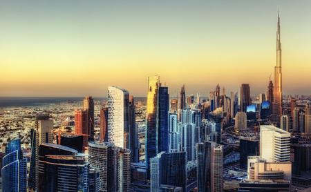 美しい地平線を見渡すパノラマ ドバイ, アラブ首長国連邦の。世界の有名な高層ビルの眺め。カラフルな旅行やビジネスの背景。
