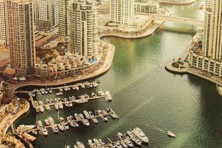 ボートやヨットとドバイ マリーナ港の風光明媚な景色は。夏旅行の背景。