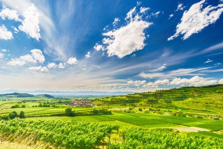 夏の日にドイツでございますマウンテン バレーのブドウ農園。古い歴史的な村と美しい雲と風光明媚な田園風景。旅行先。