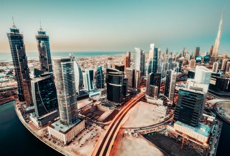 現代都市建築の風光明媚なパノラマの景色。高層ビルとドバイ、アラブ首長国連邦のスカイライン。背景を旅行します。