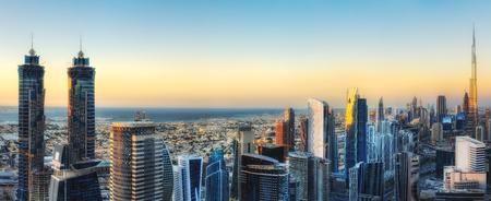高層ビルの大きな近代的な街の幻想的な空撮。ダウンタウン ドバイ、アラブ首長国連邦。カラフルな未来的な都市の景観。