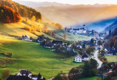 秋の美しい山村の景色。ドイツの黒い森。カラフルな旅行の背景。