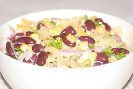 kidneybohnen: Salat von Nudeln Spiralen mit Mais und Bohnen