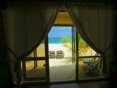 파라다이스, 몰디브 - 열 대 하늘과 평화에 호텔 객실에서 볼.