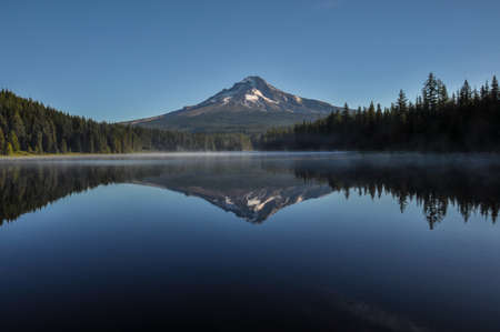 tats: Trillium Lake early morning with Mount Hood, Oregon, USA.