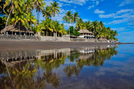 el: Playa El Zonte, El Salvador.