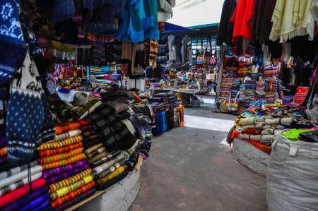 sunday market: Colorido mercado de los domingos en Otavalo, Ecuador. Foto de archivo