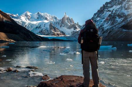 excitacion: Trekker disfrutando de hermosas vistas sobre el Cerro Torre, Fitz Roy, Argentina.
