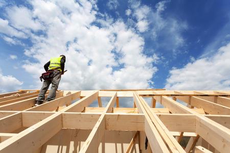 equipo de construcción trabajando en el techo contra el cielo azul Foto de archivo