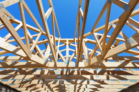 새로운 주거 목조 건축 홈 프레이밍 푸른 하늘에 대하여