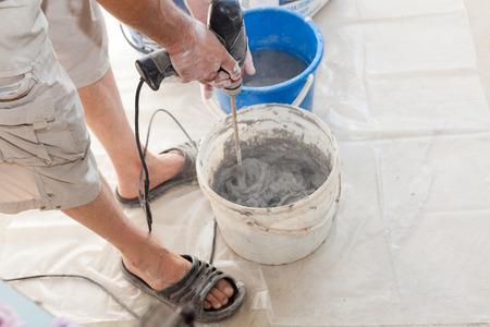 Elektrische Fußbodenheizung Installation In Neuem Haus. Arbeiter Benutzen  Betonhandmischer, Um Zement Vorzubereiten Standard