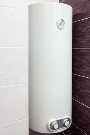 Chaudière électrique (chauffe-eau murale) dans la salle de bain Banque d'images