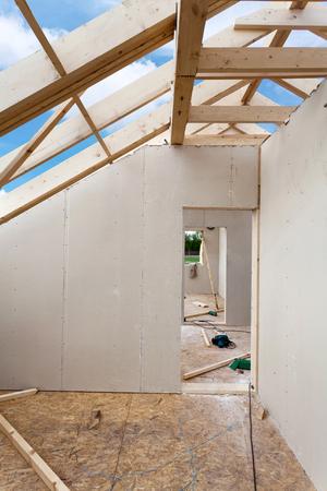 석고 석고 보드로 건설중인 다락방 방. 지붕 건설 실내입니다. 목조 지붕 프레임 하우스 건설입니다.