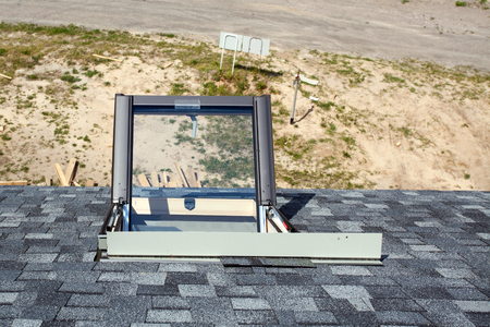 Open mansard raamwereld op het asfalt shingled dak
