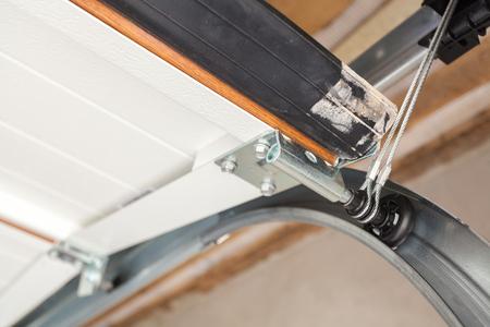 Installation de portes de garage. Gros plan du système de levage dans un profilé métallique Banque d'images - 85889055