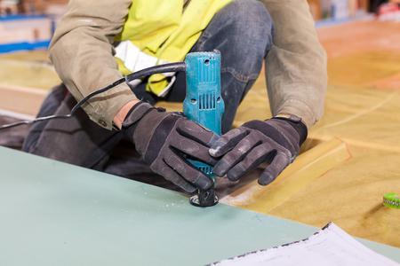 Eine Wand Fur Ein Rahmenhaus Bauen Arbeiter Verwenden Laminat