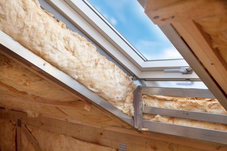 Kunststof (mansard) of dakvenster op zolder met milieuvriendelijke en energiezuinige thermische isolatie steenwol. Stockfoto