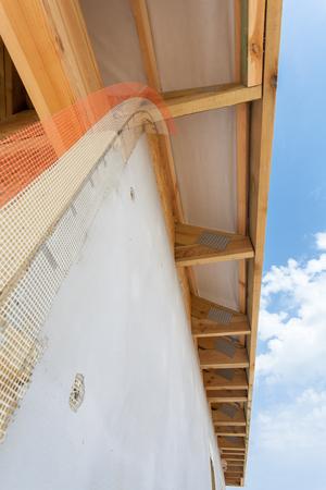 굴곡, 나무 들보 및 지붕 아스팔트 대상 포진과 집의 코너 스톡 콘텐츠