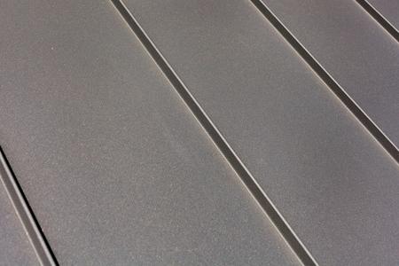 Close-up dakplaat of gegolfd dak van fabrieksgebouw of magazijn.