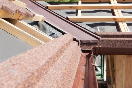 갈색 비가 제본기, 나무 기둥 및 수증기 조절 층이있는 새로운 아스팔트 지붕 널 지붕