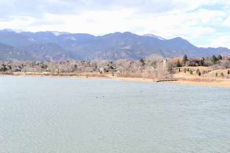 Quail Lake Park in Colorado Springs, Colorado at the front range of the Rocky Mountains. 版權商用圖片