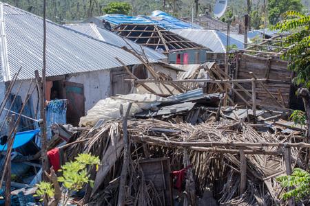 村のボンボン ハイチ家ハリケーン マシューは 2016 年 10 月のそれを破壊した後働いている男たち。 報道画像
