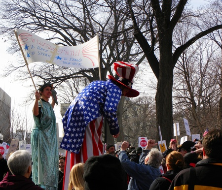 Madison, Wisconsin, USA – 2-16-11 – Lady Liberty & Uncle Sam greeting protesters on grounds of the Wisconsin state capital, in support of people protesting the bill to balance the state budget.                                Reklamní fotografie - 8844369