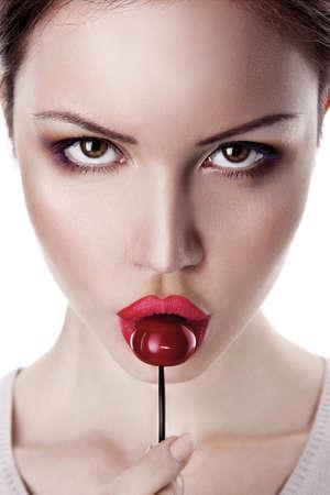 labios sexy: Hermosa mujer joven con una cereza ?andy Foto de archivo