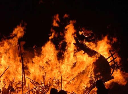 Burning viking longship bij Up-Helly-Aa vuurfestival