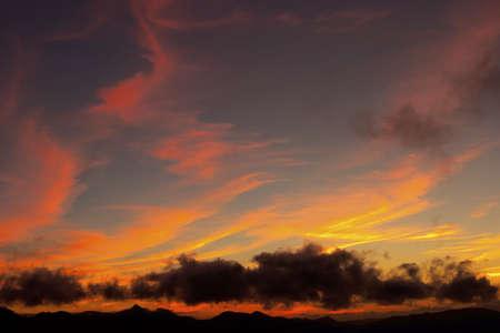 Puesta del sol hermosa sobre la montaña Foto de archivo - 446486