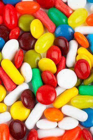 chorowity: Szczegóły kolorowych cukierków. Makro strzału na białym tle