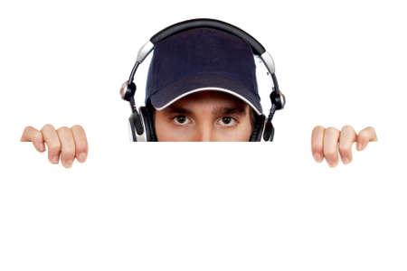 auriculares dj: Hermoso disc jockey detr�s de la valla en blanco  Foto de archivo