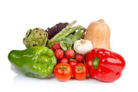 abastecimiento: Surtido de verduras frescas reflexion� sobre fondo blanco