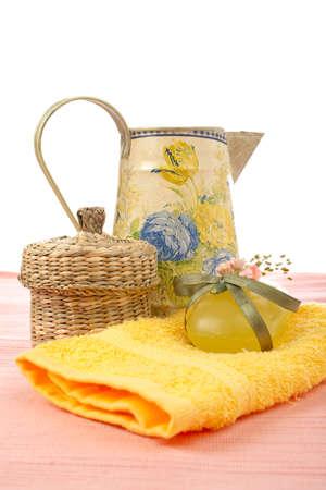 produits de beaut�: Accessoires de bain et produits de beaut� sur fond blanc. Shallow DOF  Banque d'images