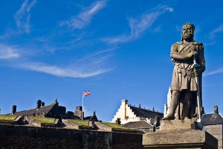 robert bruce: King Robert The Bruce statue under a cloudy sky, in the castle of Stirling, Scotland